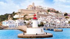 Ibiza lockar både nöjessugna och barnfamiljer.
